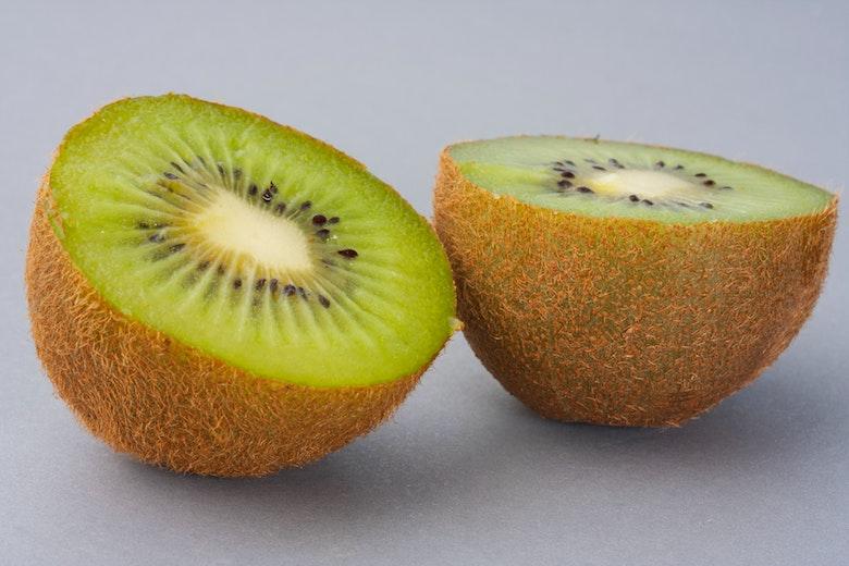 Iată de ce este mai bine să mănânci un kiwi cu pieliță cu tot