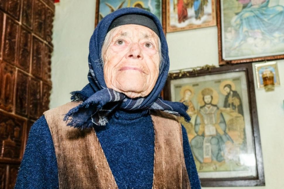 """""""Am strâns 10.000 de lei. I-am dat pentru Catedrala Neamului!"""" Ea e tanti Gherghina, bătrâna care, din cinci milioane pensie, mănâncă o dată pe zi"""